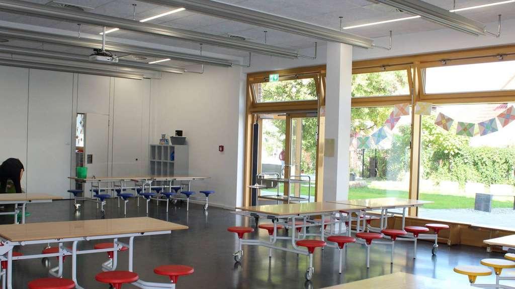 Die Mensa im Erdgeschoss des Neubaus ist hell und weitläufig. Durch die mobilen Mensatische kann der Raum auch für Schulfeste genutzt werden.