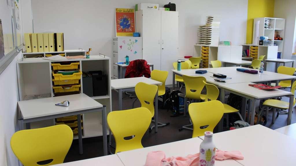 Die Klassenräume in den oberen Geschossen sind modern und bunt ausgestattet.
